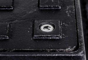 Square lockable manhole cover 900x900 D 400 KN detail-zamku-k-uzamykatelnym-poklopom-stvorcovym-300x206
